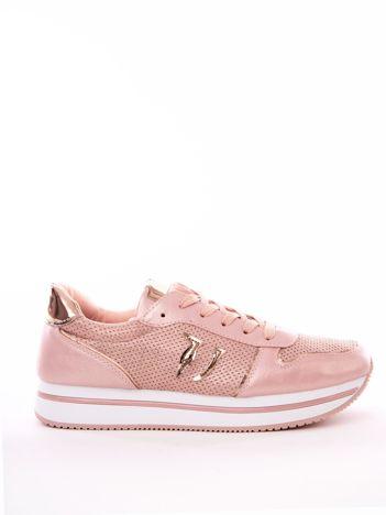 Różowe buty sportowe z ażurową cholewką i perłową poświatą
