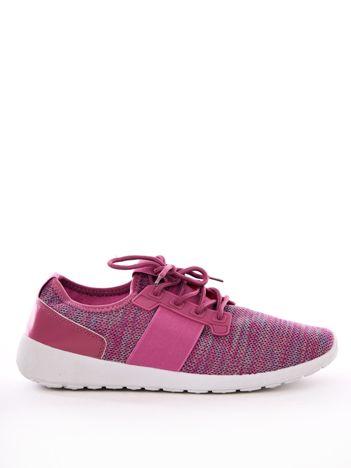 Różowe buty sportowe z kolorową nitką
