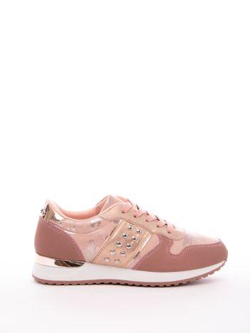 Różowe buty sportowe z nitami na boku cholewki i wzorem moro