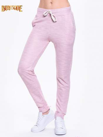 Różowe dresowe spodnie damskie o kroju baggy