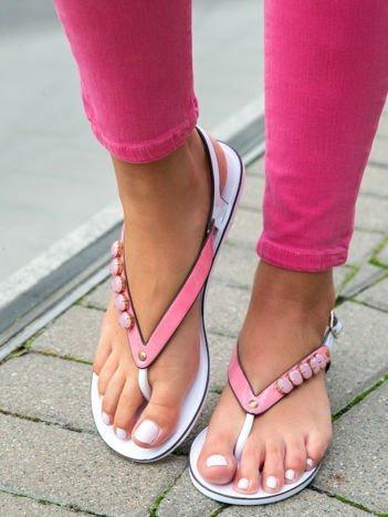 Różowe odkryte sandały na białej podeszwie z błyszczącymi kamieniami na przodzie