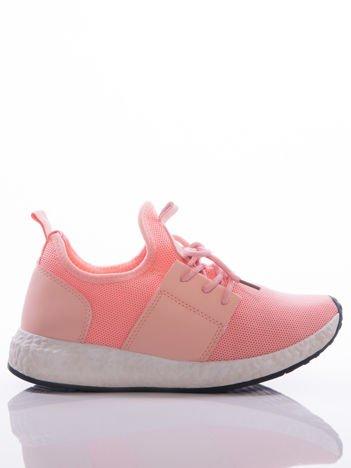 Różowe półażurowe buty sportowe na białej sprężystej podeszwie