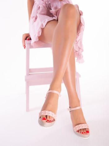 Różowe sandały na metalicznych koturnach z ćwiekami na przodzie