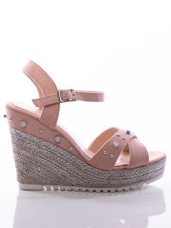 Różowe sandały na posrebrzanych koturnach, ze srebrnymi ćwiekami na cholewce