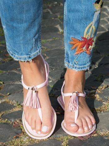 Różowe sandały z ozdobnymi chwostami na przodzie buta