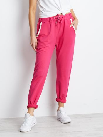 Różowe spodnie dresowe z aplikacją