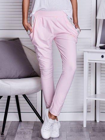 Różowe spodnie dresowe z błyszczącą taśmą