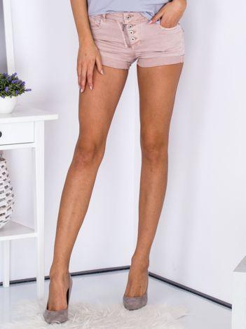 Różowe szorty z podwijanymi nogawkami
