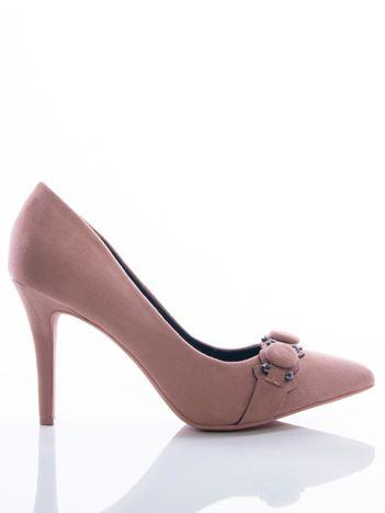 Różowe szpilki z guzikami na pasku na przodzie cholewki
