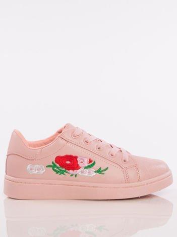Różowe trampki z kwiatowym haftem z boku cholewki