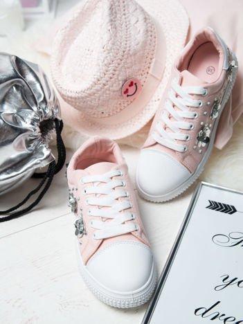 Różowe trampki z srebrnymi kwiatkami naszytymi na bok cholewki, ze skórzaną wstawką z przodu buta