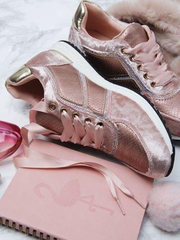 Różowe welurowe buty sportowe ze skórzanymi tłoczonymi wstawkami i ozdobną satynową tasiemką