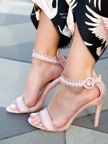 Różowe zamszowe sandały na szpilkach z finezyjnym obszyciem zapinane na sprzączkę