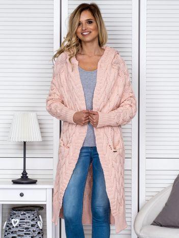 Różowy długi warkoczowy sweter
