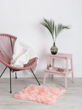 Różowy futrzany dywan
