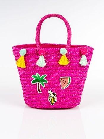 Różowy koszyk plażowy z naszywkami