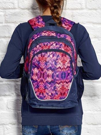 Różowy plecak szkolny w kolorowe graficzne wzory