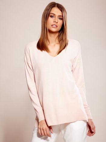 Różowy sweter oversize w serek