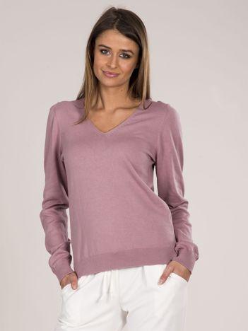 Różowy sweter w serek