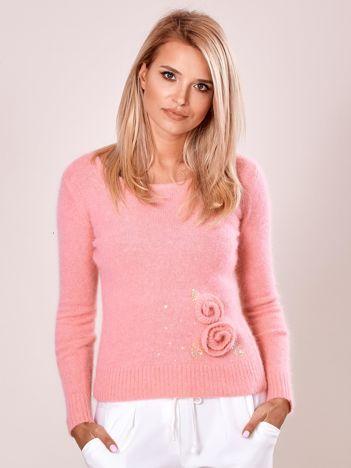Różowy sweter z kwiatami
