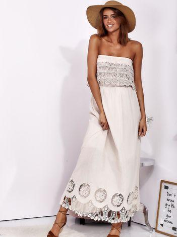 SCANDEZZA Beżowa sukienka maxi bez ramion z koronkową falbaną