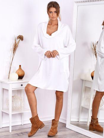 SCANDEZZA Biała luźna sukienka z jedwabiem