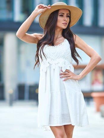 SCANDEZZA Biała sukienka z ozdobna gipiurą przy dekolcie