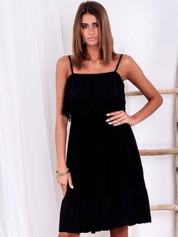 SCANDEZZA Czarna ażurowana sukienka z falbaną przy dekolcie