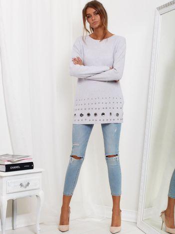 SCANDEZZA Jasnoszary luźny sweter z ozdobnymi ćwiekami