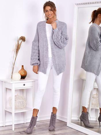 SCANDEZZA Jasnoszary otwarty sweter z bufkowymi rękawami