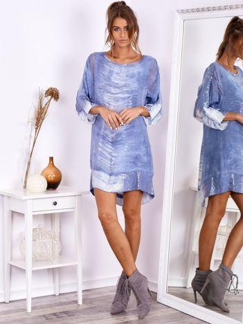 SCANDEZZA Niebieska sukienka oversize z cekinami w malarski deseń