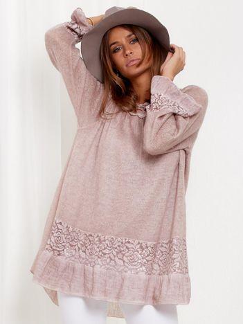 SCANDEZZA Pudroworóżowy dłuższy sweter z cekinami i koronką