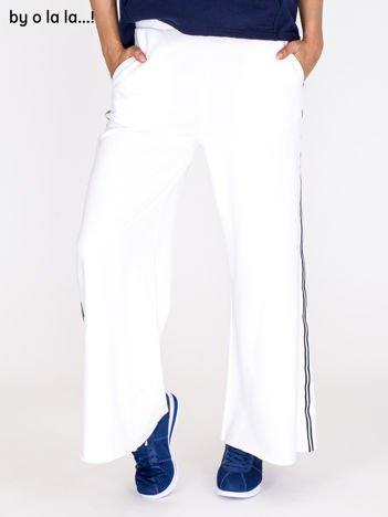 Spodnie dresowe białe z lampasami BY O LA LA