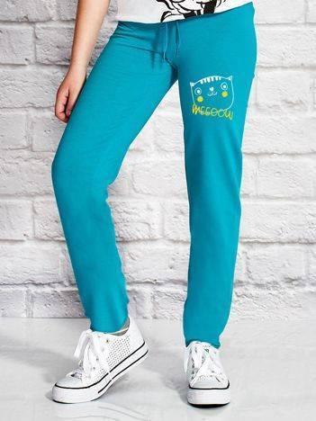 Spodnie dresowe dla dziewczynki z kotkiem zielone