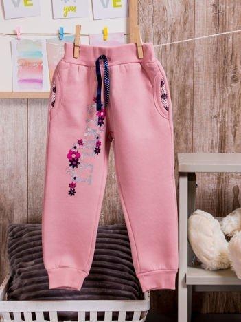 Spodnie dresowe dziewczęce z brokatowym nadrukiem różowe