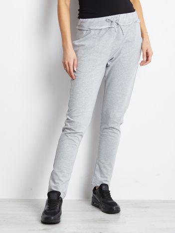 Spodnie dresowe jasnoszare z surowym wykończeniem