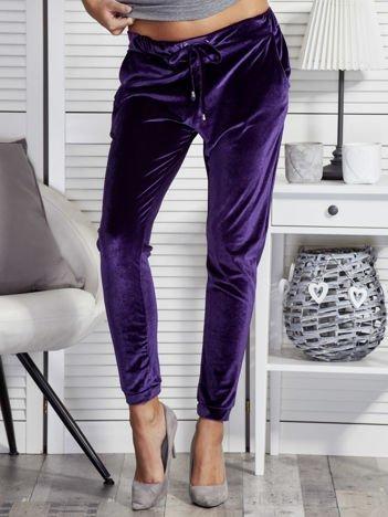 Spodnie dresowe welurowe o prostym kroju fioletowe