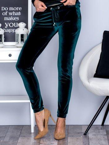 Spodnie dresowe welurowe z troczkami ciemnozielone
