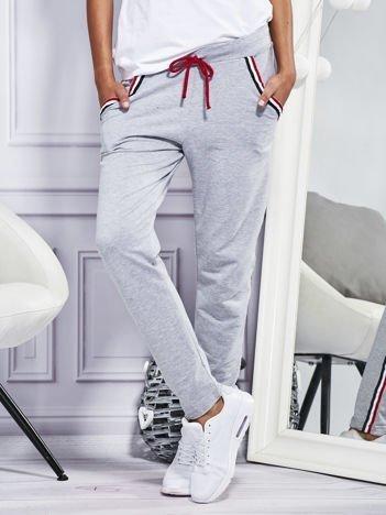 Spodnie dresowe z kolorowymi lampasami szare