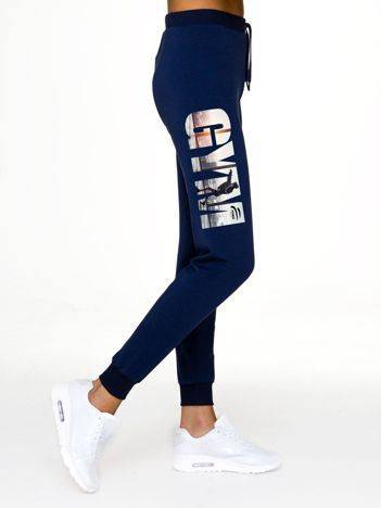 Spodnie dresowe z nadrukiem z boku nogawki granatowe