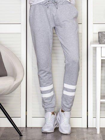Spodnie dresowe z z białymi paskami jasnoszare