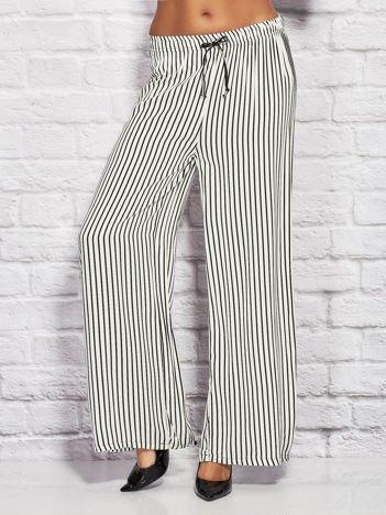 Spodnie w paski z gumką w pasie i wiązaniem białe