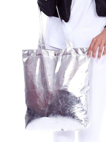 Srebrna materiałowa torba z metalicznym połyskiem