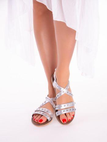 Srebrne sandały z skrzyżowanymi paskami, zdobione ćwiekami