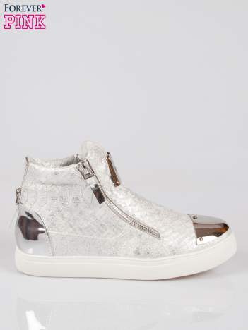 Srebrne wężowe sneakersy z blaszką na nosku Charm