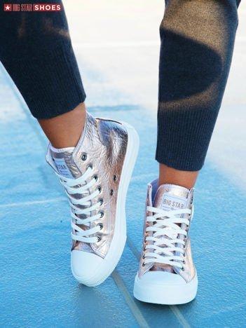 """Srebrno-różowe sznurowane sneakersy BIG STAR z finezyjnie """" gniecioną"""" fakturą cholewki i okrągłym logo na boku"""