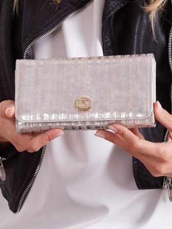 Srebrny skórzany portfel w paski