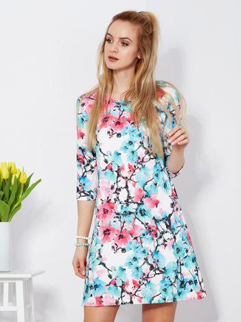 Sukienka biała w kolorowe kwiatowe wzory