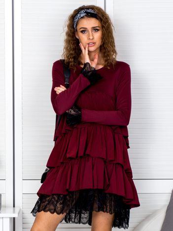 Sukienka bordowa z warstwowymi falbanami i koronką