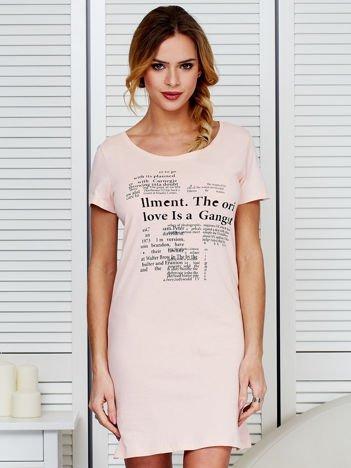 Sukienka brzoskwiniowa bawełniana z nadrukiem newspaper
